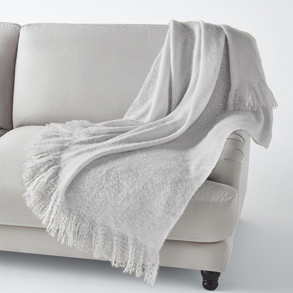 Décorer son canapé avec un plaid uni