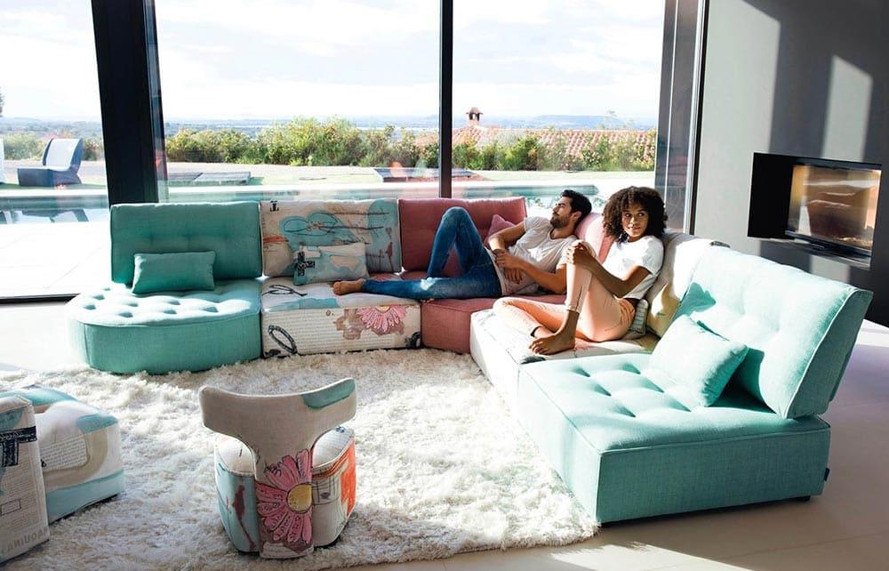 Redonner de la couleur à son salon avec un canapé coloré