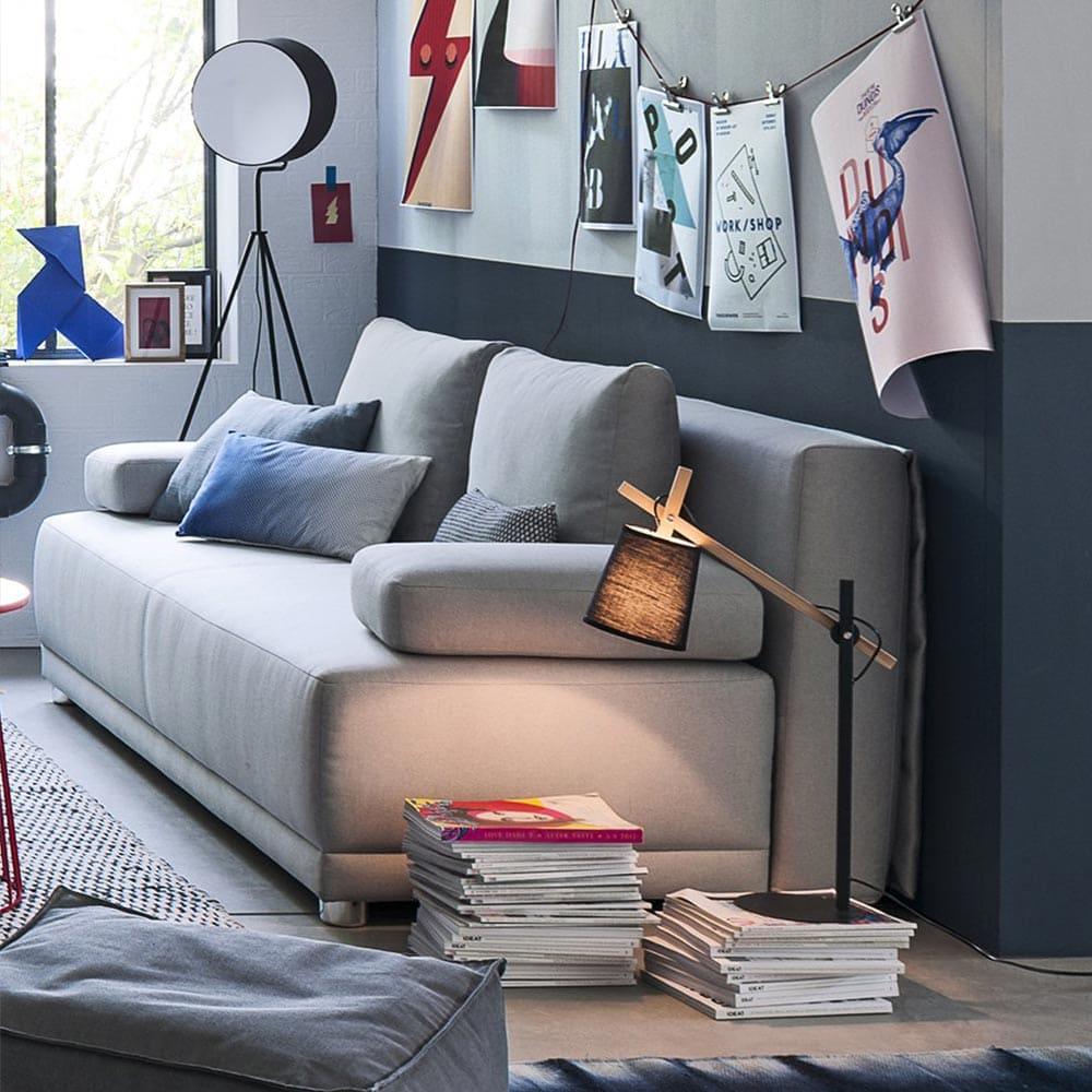 Décorer son canapé avec une pile de magazines déco