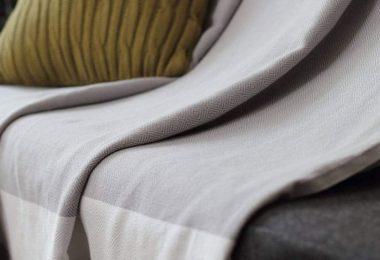 Comment et pourquoi recouvrir votre canapé d'angle