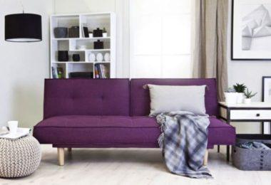 Canapé violet dans salon aux tons clairs